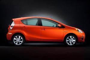 Toyota_Prius_c_034_46120_2524_low