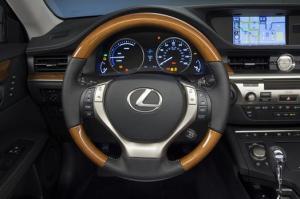 2013_Lexus_ES_300h_021_44545_2524_low